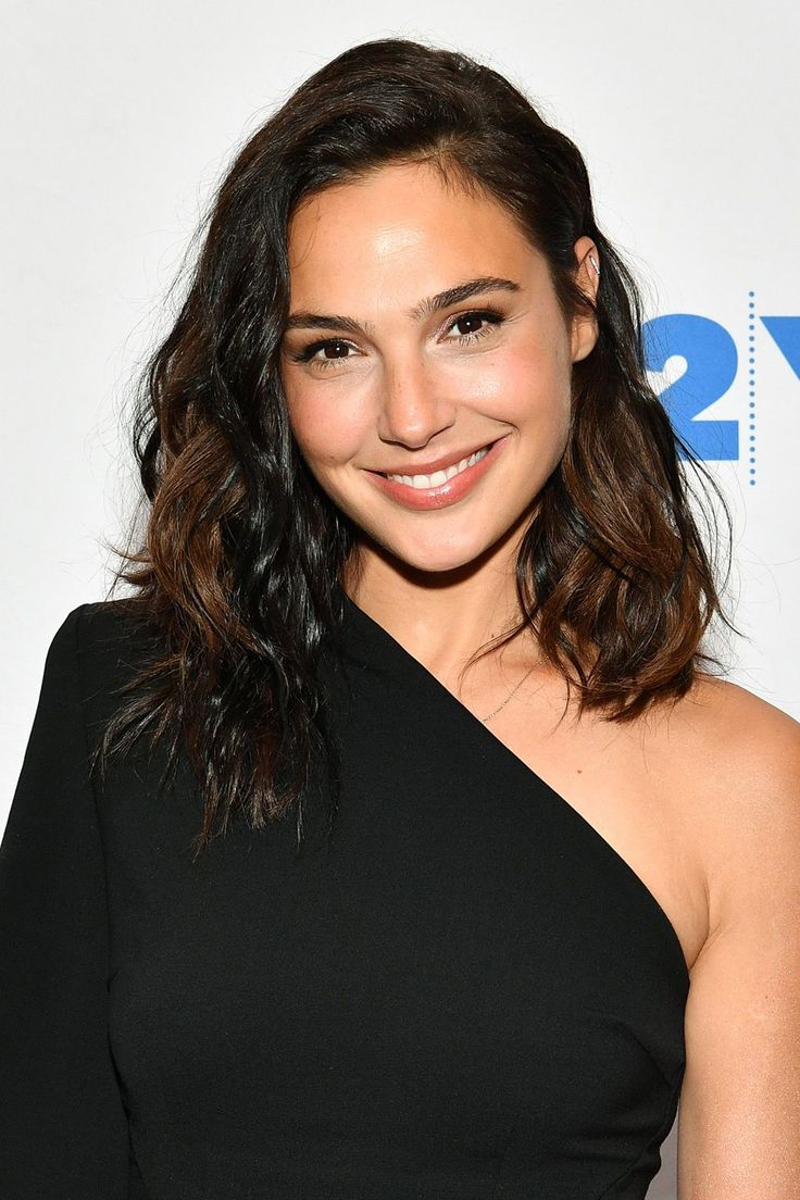 Discussing the changing roles of women in Hollywood, Gal wore her shoulder-length hair in an effortlessly wavy style.