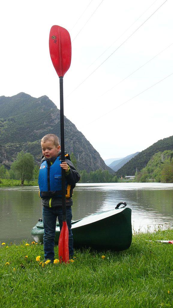 Kajakken of kanoen met kinderen? Dat is hartstikke leuk! Lees onze ervaringen met kajakken in de Spaanse Pyreneeën in Catalonie en onze handige tips.