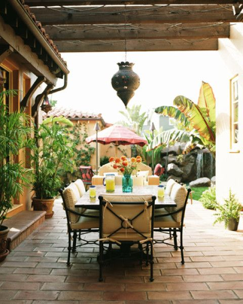 Saltillo look patio - Moroccan brass pendant: Outdoor Dining, Patio Idea, Outdoor Living, Gardens Idea, Small Backyard, Elle Decoration, Backyard Spaces, Outdoor Spaces, Brass Pendants