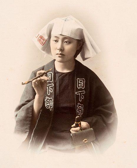 Junge Frau mit PfeifeStudioaufnahme, Kusakabe Kimbei, 1880er Jahre