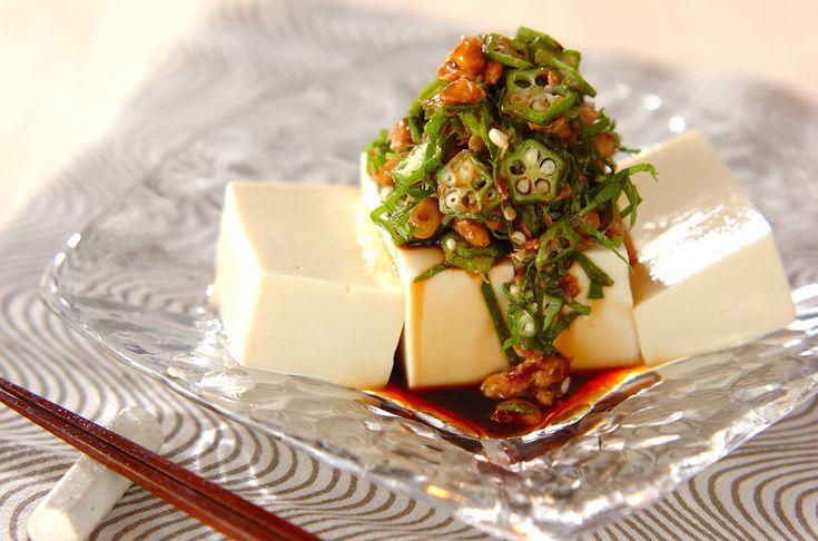 オクラ、納豆、大葉を混ぜ合わせて豆腐にのせました。このネバネバが病みつきになります。オクラ納豆奴[和食/一品料理]2011.07.25公開のレシピです。