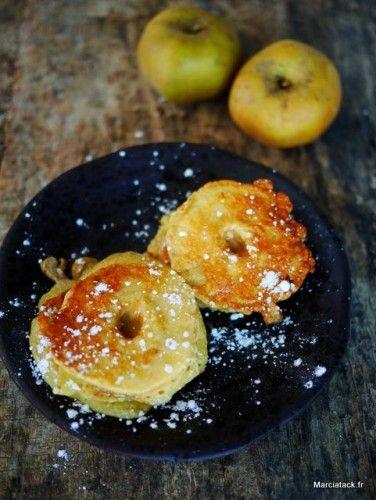 Je ne pensais pas en postant une photo de cette recette en cours sur mon Instagram, que vous seriez aussi nombreux à réclamer la recette : ma maman a toujours fait les beignets aux pommes de la sorte, sans bain de friture, en les faisant doucement dorer sur chaque face dans du beurre chaud à …