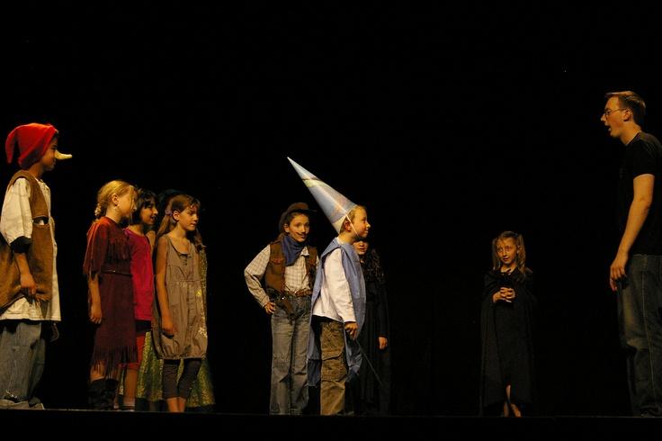 """La grande histoire du monde des histoires (de gauche à droite) : Atchoum, Pocahontas, Dora l'exploratrice, Sabrina l'apprentie sorcière, le shérif, Merlin le chanteur, Zorro, le petit chaperon noir, la personne """"normale"""" et cachée derrière Sabrina l'apprentie sorcière et Dora l'exploratrice : Marraine la mauvaise fée"""
