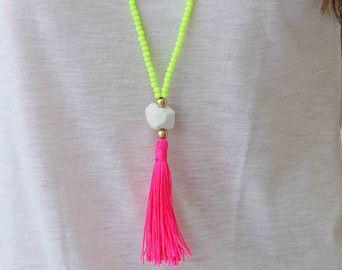 Witte kralen ketting. Lang koraal roze kwast de ketting. Boze