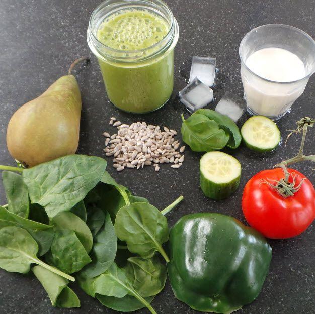 Groene smoothie met: peer, spinazie, komkommer, paprika, tomaat, zonnebloempitten en amandelmelk