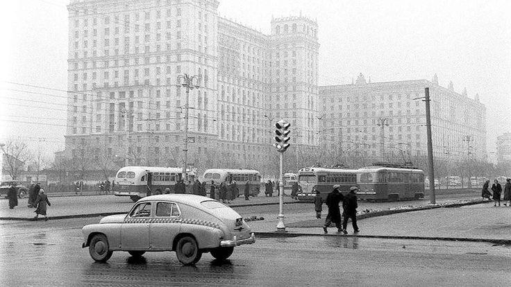 Фото кон. 1950-х гг. Ярославка. На заднем плане дом № 122 по проспекту Мира