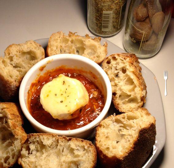 queijo de cabra com molho de tomate