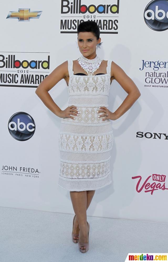 Artis penyanyi Nelly Furtado berpose saat di malam penghargaan Billboard Music Awards di MGM Grand Garden Arena di Las Vegas, Nevada, Minggu (20/5).