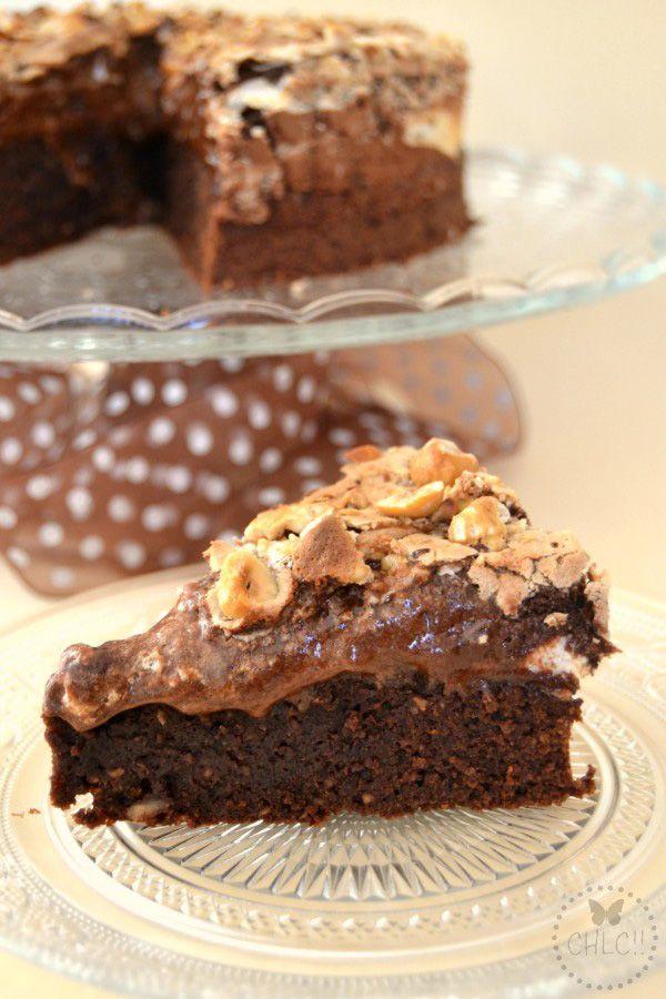 Pastel de chocolate, merengue y avellanas