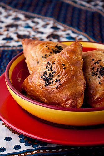 Одна из любимейших кухонь в нашей семье – несомненно узбекская, а любовь к баранине просто невозможно передать словами!:) Домашняя самса не сравнится с покупкой: ароматная, нежная, с тоненькой хрустящей корочкой слоеного теста! Что тут еще сказать? Не просто вкусно, а невозможно ВКУСНО!)) Слоеная…