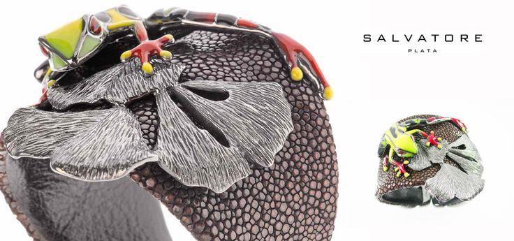 Brazaletes de piel de pez raya con apliques en plata de ley con ranas de esmalte multicolor