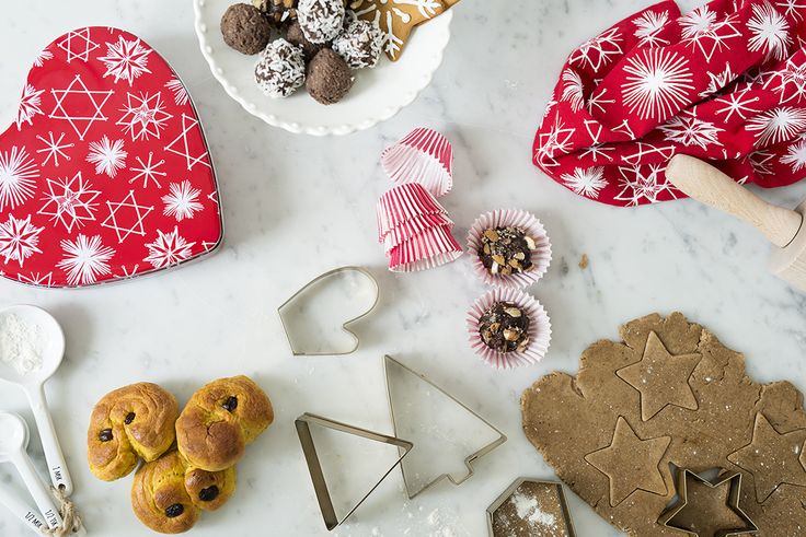 Cookie cutters with a brass look. Diamond, star, tree, triangle, mitten and hexagon. Makes pretty amazing ginger bread cookies! #lagerhaus #christmas #2015