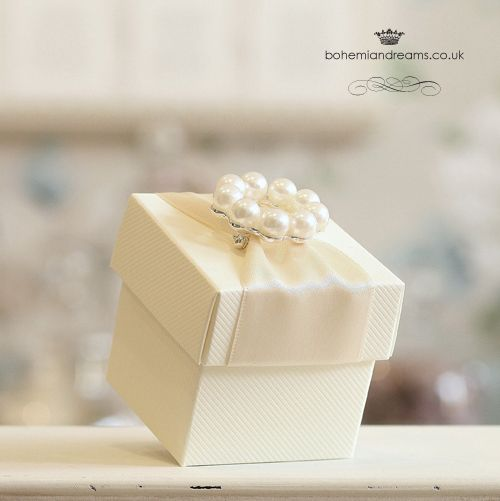 The wedding favour  box features a lovely pearls brooch on a nest of delicate satin ribbon {in the colour of your choice}. £4.50