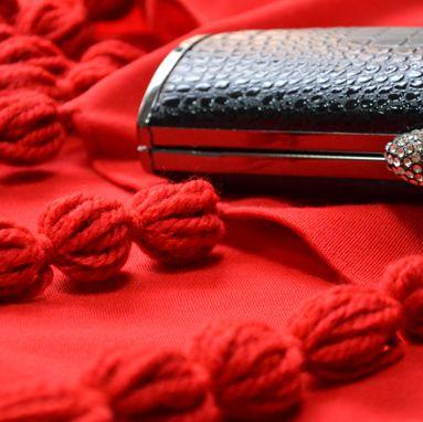 Trasforma l'abito nero con lo scialle Milly rosso in jersey di lana by Marina Finzi #MadeinItaly #Christmas2015 #Natale2015