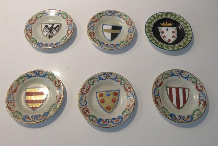 Online veilinghuis Catawiki: Ceramica Italiana Lavena - Zes miniatuur bordjes met hand beschilderde decoratie van Heraldische wapens van Adellijke Florentijnse families