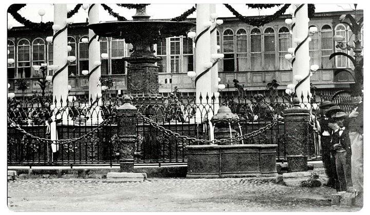 Pileta de la Plaza de Armas de Lima, segunda mitad del siglo 19. Foto de Lima Antigua