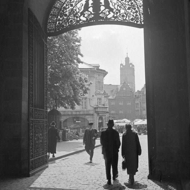 """Am Portal zum Schloss in Darmstadt, gegenüber von Hotel Deuster """"Schilller Eck"""", Deutschland 1930er Jahre. At the entrance gate of Darmstadt castle, Germany 1930s."""