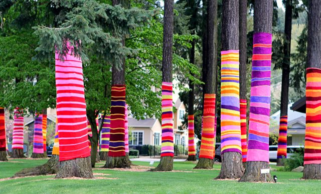I freaking LOVE that! :)Yarn Bombing, Diy Crafts, Crochet, Colors, Street Art, Trees, Yarnbombing, Yarns Bombs, Knits
