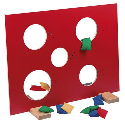 --- pirondo --- Door de vijf ronde gaten, met verschillende diameters, moeten pittenzakken gegooid worden. De geplastificeerde multiplex plaat staat op twee standaards, waardoor deze stabiel blijft staan. Bij de set worden 12 pittenzakken geleverd, daarnaast kun je het spel ook prima spelen met onze foamballen ø 9 cm! (522.481) Formaat: 90 x 75 cm (l x b). 522546