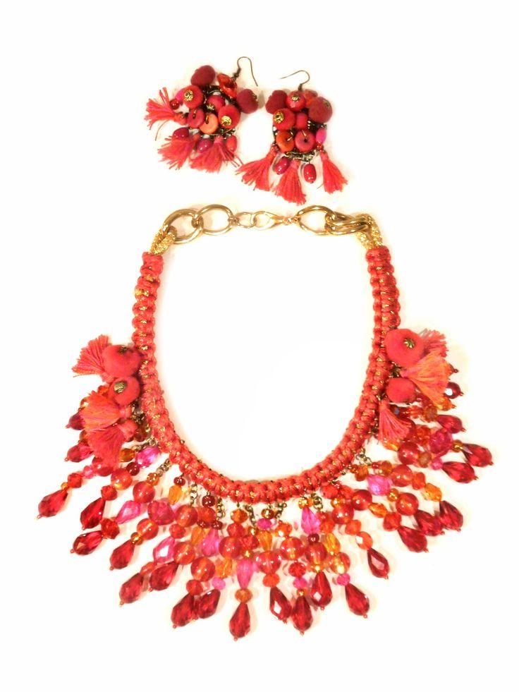 Amarantowo-pomarańczowa kolia wykonana z ręcznie wykonanej plecionki, bawełnianych chwostów, kryształów oraz elementów złoconych.