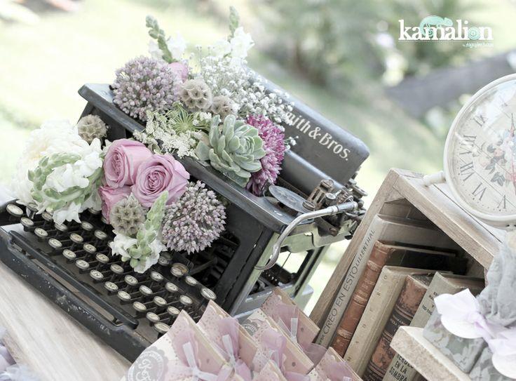 - Mesa de Dulces con maquina de escribir.