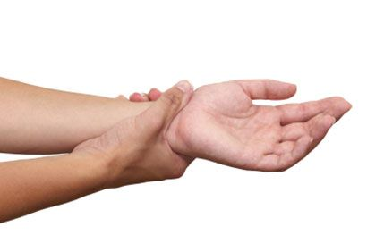 Pour améliorer la mémoire : Pressez l'intérieur des poignets Un blocage à certains endroits du méridien du coeur, qui part de la poitrine et longe le bras pour terminer à la pointe de l'auriculaire, est responsable des pertes de mémoires. Sa stimulation permet également de soulager les nausées. Ils sont situés à l'intérieur des poignets, à deux largeurs de doigts au-dessus des plis du poignet. Stimulez d'abord les points sur le poignet gauche, ensuite ceux de la