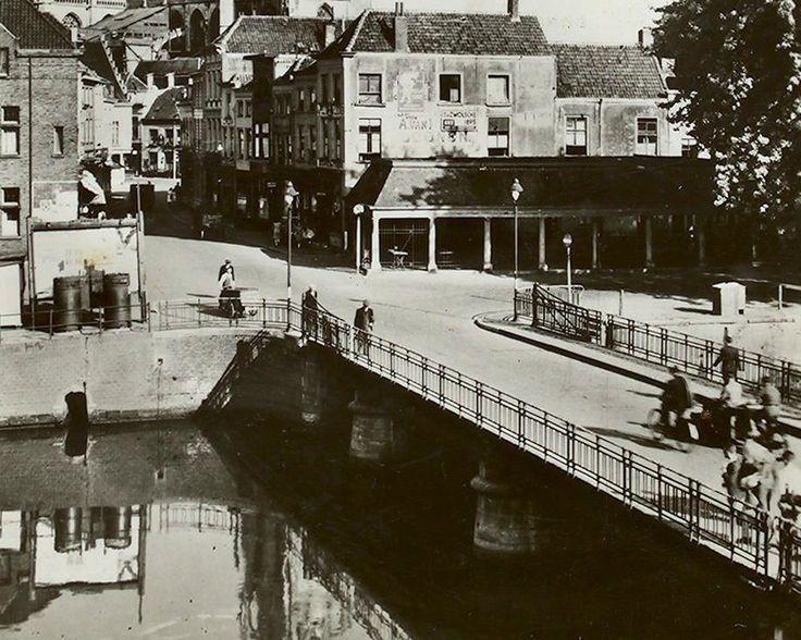 Breda: De Vismarktstraat 1948 Op de voorgrond de Hoge Brug met op de achtergrond de Grote Kerk.