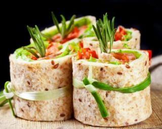 Galettes roulées au thon fumé, tomate, concombre et oignon : Savoureuse et équilibrée   Fourchette & Bikini