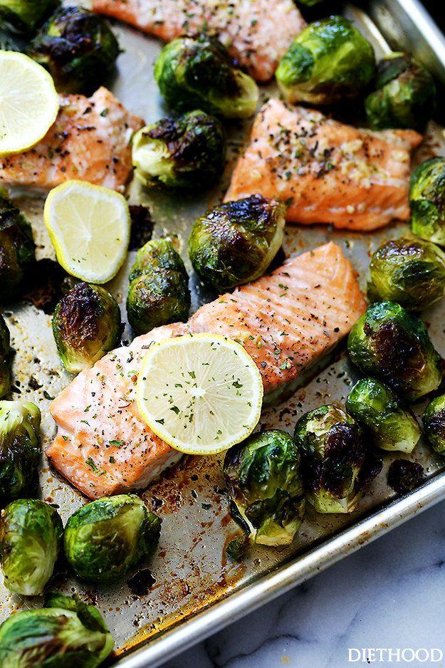Plato de salmón asado con ajo y coles de Bruselas   19 Platos de salmón rápidos y saludables que todo el mundo puede preparar