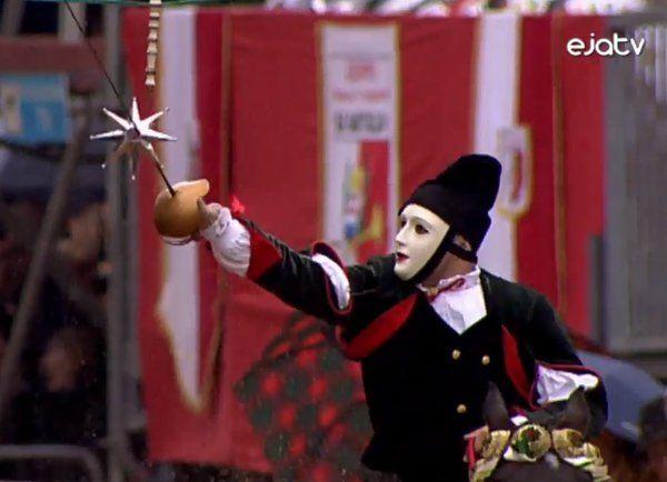 Sartiglia 2016 La Sartiglia (Sartilla o Sartilia) è una corsa alla stella di origine medievale (1358) che si corre l'ultima domenica e il martedì di carnevale ad Oristano, dove carnevale e Sartiglia sono praticamente sinonimi. È una fra le più spettacolari e più coreografiche forme di Carnevale della Sardegna. Riecheggia ricordi sfumati di duelli e Crociate, colori spagnoleschi, echi di nobiltà decaduta e riti preistorici di rigenerazione agro pastorali.