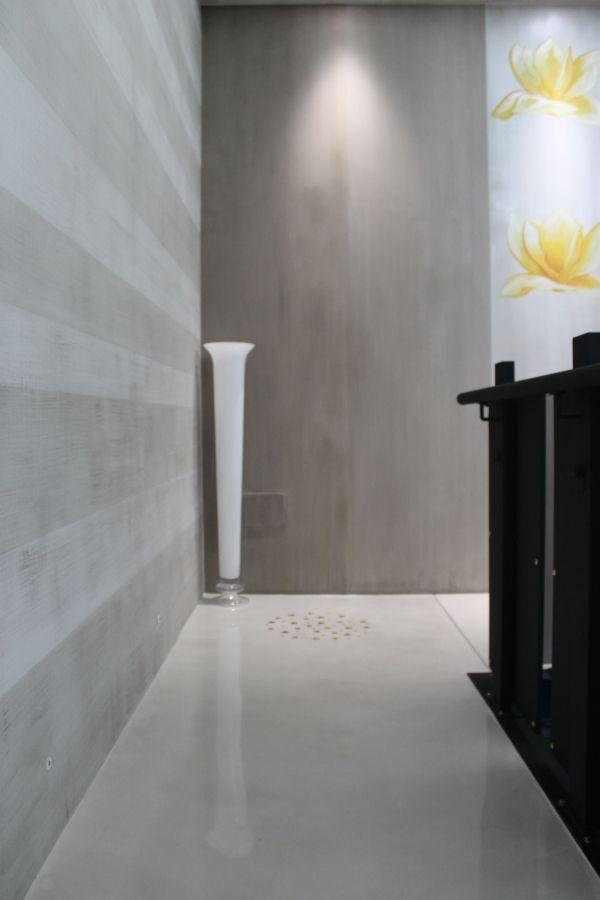 Realizzazione in resina decorativa colorata comprensiva di elementi floreali gialli applicata su una parete.