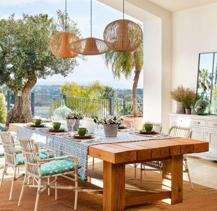 En el porche Mesa y sillas de La Albaida. Vajilla de Casa y Campo. Alfombra de…