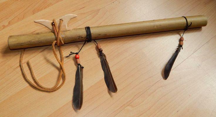 Samodzielnie i ręcznie wykonany flet bambusowy w stylu indiańskich river cane. Piórka może trochę cepeliowate (jak to szaman Asus mawia), ale gra :).