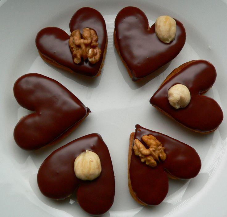 Recept mám od své tchýňky Milenky a proto ten název... ona tomuto receptu říká prostě ořechové a vykrajuje libovolné tvary.... já jsem zvolila srdíčka. Byť se snažím dodržovat přesně recept, pokaždé vzájemnou ochutnávkou zjišťuji, že každá máme jiný výsledek.... ale obě velice chutný... :-)
