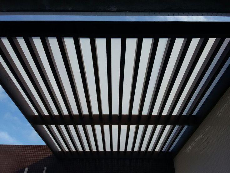 Pergolado suspenso, com fechamento em policarbonado translúcido. Projeto da arquiteta Rafaella Leite.