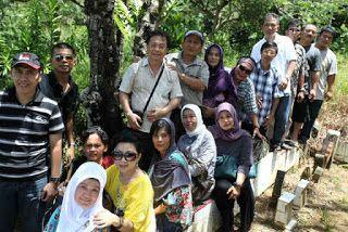 Kapitan So Kai dari Mandailing Natal: Keturunan So Kaai.  Foto bersama di situs Makam Po...