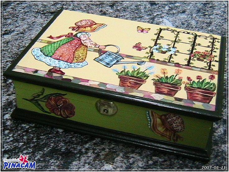 Caja decorada con decoupage manualidades pinacam for Bandejas de madera decoradas