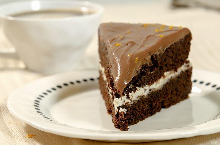 """Her snakker vi om Sjokoladekake med særdeles stor S for SJOKOLADE! Så mørk, så saftig og så utrolig god! Og så har den noen veldig spennende smaker med seg. Kakebunnen har revet gulrot i seg, fyllet er laget av cottage cheese (!) og glasuren av melkesjokolade. Og alt gir veldig gode smakskombinasjoner til den mørke kaken. … Continue reading """"Mørk, dobbel sjokoladekake med melkesjokoladeglasur"""""""
