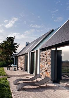 pale wood contemporary deck and gorgeous metal framed dry stone walls (I wonder if they move?)