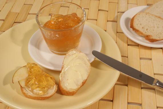 Ein fruchtiges Gelee aus Äpfeln mit Mandellikör