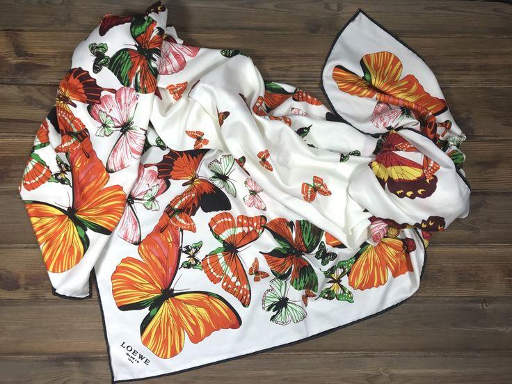 Шелковый платок LOEWE с принтом бабочки, размер: 130*130 #шелковыйпалантин#весна#подарок#шарф#натуральныйшелк#шелк#доставка#платок#стиль#мода#стильнаяодежда#платокloewe#шарфloewe#италия