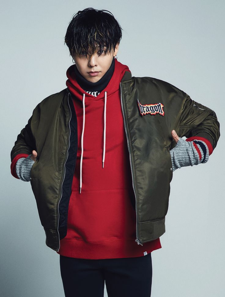 [8 X GD's PICK] This is a street mood bomber jacket which emphasized with detachable 'Dragon' emblem. All men and women can wear it, and it is suggested to match with hood t-shirt or denim pants for men, and boxy hood t-shirt(166741X01) or long dress.