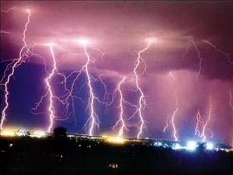 Sénèque (Seneca) : C'est pendant l'orage qu'on connaît le pilote. Il buon pilota si conosce alle burrasche.