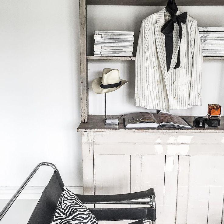 The perfect Blazer. . .  I Butik nu. . .  Perfekt till både jeans kjol skinn och långklänning.  Jag bär min lite lätt oversizad med tisha & skinnleggings men likväl till en klänning på bröllop . . Bara älskar den feminina & maskulina mixen av plagg:) #studiostilista#frustilista#jennyhjalmarsonboldsen#blazer#striped#fashion#design#musthave#store#shopping#irl by studiostilista