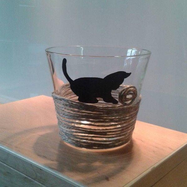 Aus einer einfachen Glasvase, Paketschnur und einem Permanentmarker wird in kurzer Zeit ein süßes Geschenk für Katzenliebhaberinnen.