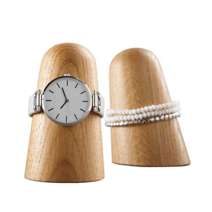 Een elegante en praktische houder voor je horloge of armband. De houten horlogehouder zorgt ervoor dat je horloge geen krasjes krijgt als hem niet draagt.