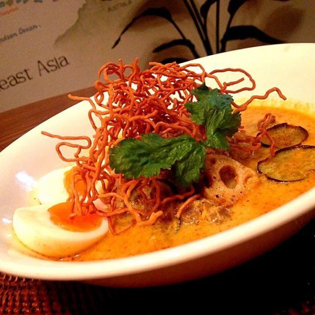 タイ北部のチェンマイ料理です。 卵麺のレッドカレー麺という感じで スパイシーで甘く、ココナッツミルクがクリーミィ✨  チェンマイでは揚げたライスヌードルや卵麺や豚皮を揚げてトッピングします。 そしてカリカリ感やスープに浸されたフニャフニャ感をお好みで頂きます。  (現地では1杯120円ほど)  近隣のラオスやミャンマーから伝来、各国で具に変化があるようですがどちらも美味しそう 日本人にも馴染みやすいタイ料理です✨ - 131件のもぐもぐ - 牛肉と野菜のカオソーイ by ゆぅ