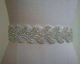 Boda correa, correa de la novia, marco correa, cristal diamantes de imitación y de perlas blancas - estilo B30022  Absolutamente deslumbrante mejor Rhinestone de cristal y perla correa le quitará el aliento!  ** Total longitud X anchura de parte de diamante de imitación/perla = acerca de 18 pulgadas X 1 pulgada. ** Cinturón faja total mide 3 yardas largo (108 pulgadas).  ** Doble cara cinta de raso de colores está disponible en blanco, de blanco, marfil, plata, azul real, azul marino y…