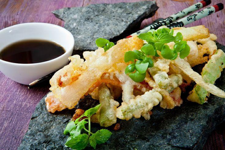 #Tempura è un piatto tipico della cucina giapponese a base di verdure e pesce, impastellati in farina e acqua frizzante ghiacciata e poi fritti in olio bollente. Intingeteli nella salsa di soia per un risultato perfetto! ;) #cucinedalmondo #ricette #soysauce