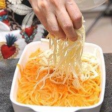 Espolvorear ocn queso Oaxaca desmenuzado. Hornear en horno pre-calentado a 350°F (175°C) durante 20 minutos o hasta que el queso esté gratinado.